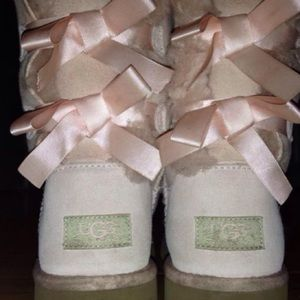 uggs size 4 light pink bailey bow ugg bailey bow in pink size. Black Bedroom Furniture Sets. Home Design Ideas
