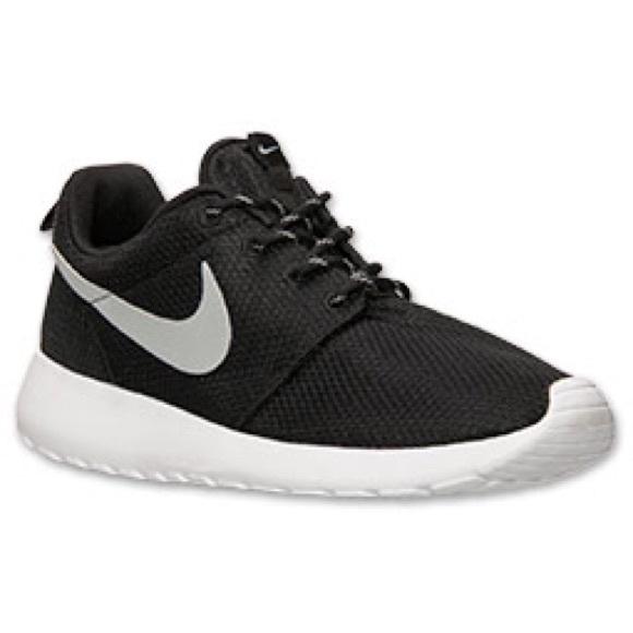 9ca4aa2e5830 Nike Shoes - ISO Nike Roshe