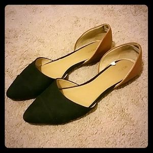 Black and tan cutout flats