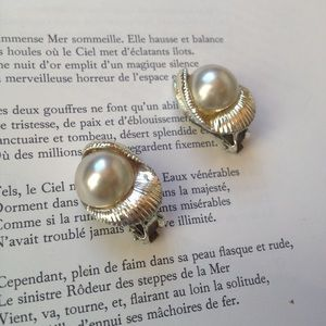 Jewelry - Vintage silver shell clipon earrings