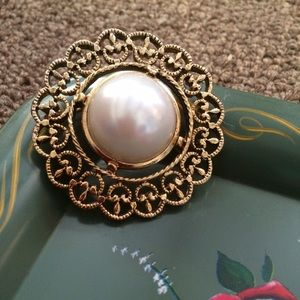 Jewelry - Vintage pearl brooch or free with $25 purchase 👍