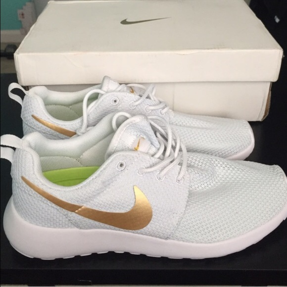 917dcea604430 Nike Shoes - Nike Roshe White Gold