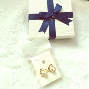 Jewelry - NWT🎉Double triangles w/Pearl stud Earring💞