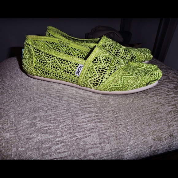9d5ec563147 Toms Women s Neon Yellow Lace Crochet Flats. M 56b0409ab5643e670202861e