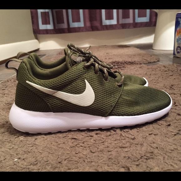 16c3e819b06d Olive Green Nike ROSHE. M 56b809cff739bcb92f014120