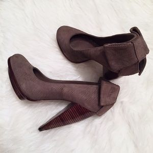 🆕 Alice + Olivia Suede Bow Pump