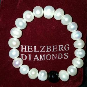 Helzberg Diamonds is one of the most trusted stores specializing in diamond jewelry on the planet. After all, it is part of Berkshire Hathaway, which is without a doubt one of the most respected companies in the world, if not the most.
