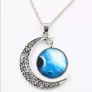 Jewelry - Beautiful Silver Moon Crescent Necklace