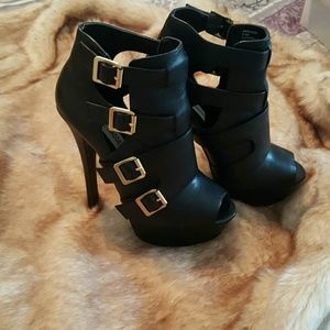 Arrgued black leather booties