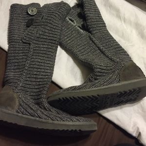 Gray knitted ugg's