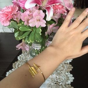 Neiman Marcus Jewelry - 🎉Host Pick🎉  139$ Feathered Arrow Gold Bangle