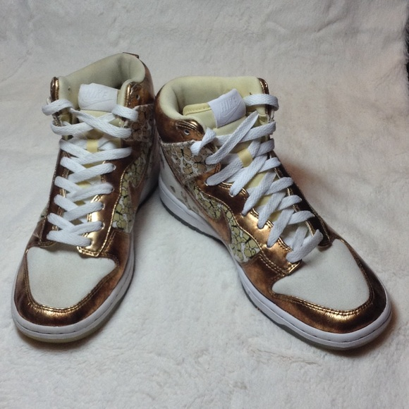 half off 7d5c7 64ccb Women s Nike Dunks with Gold Butterflies. M 56ccec07bcd4a7edc1095812