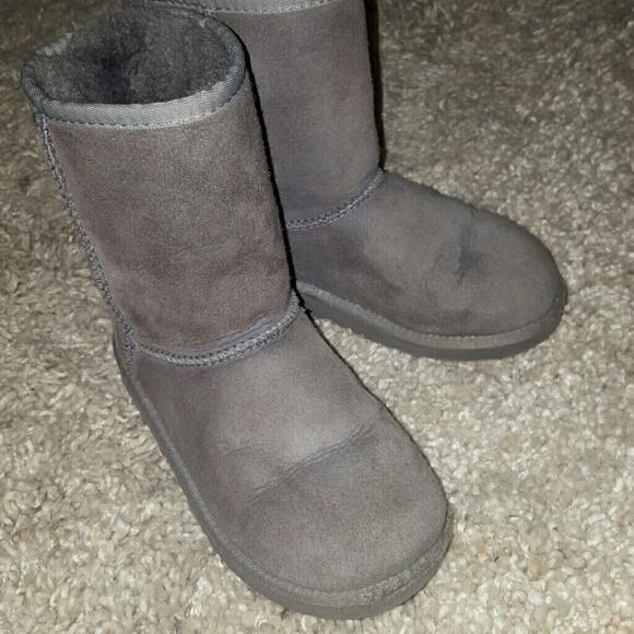 89b87361ef5 Used kids classic UGG boot size 2