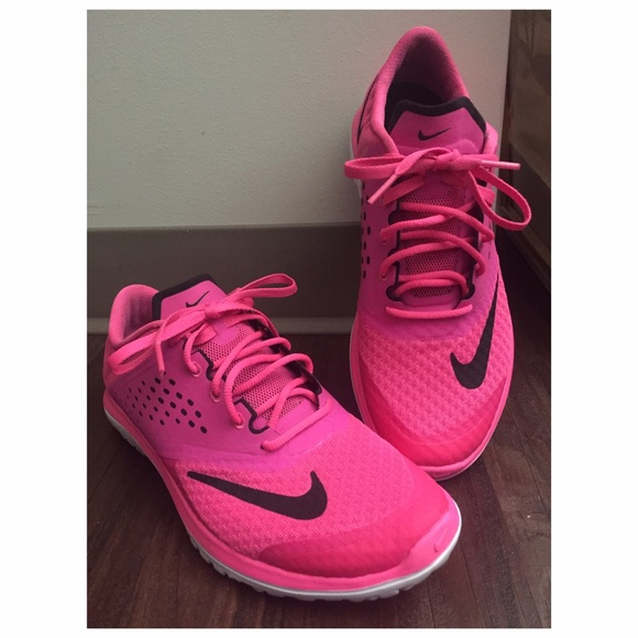 daacbc6041572 Hot pink Nike fitsole shoes. Size 8. M 56d0ac692fd0b79ad400752b