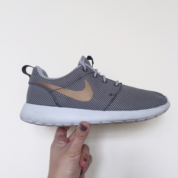 differently 69893 645e8 Nike Roshe run gray   gold running shoes. M 56d0b15e13302ad2c201a173