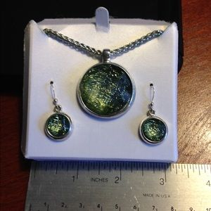Jewelry - Silver toned faceted green necklace & earring set