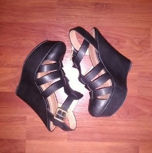 delicious Shoes - Wedge strappy heels