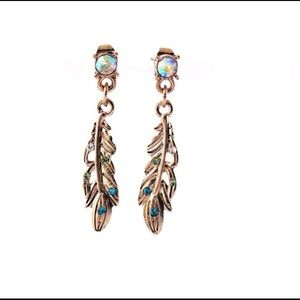 Jewelry - 👍Host Pick👍Beautiful feathers earrings