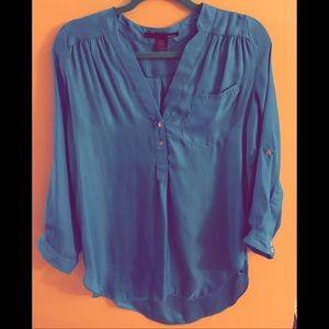 Blue three-quarter lean blouse.