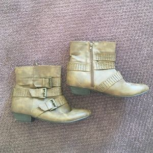 Deena & Ozzy Shoes - Brown/tan buckled ankle bootie