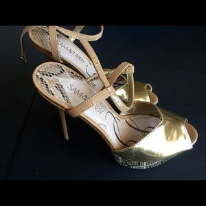NEW Gold sandals, size 7