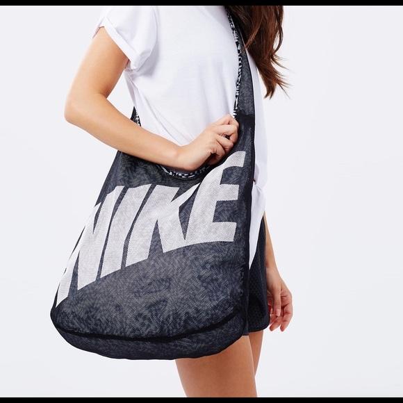 Nike Women s Graphic Reversible Tote Bag. M 56d8da786a5830cd97004b4e e43acec4d317a