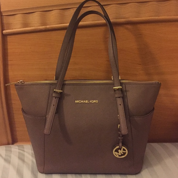 e901c0f77618 Michael Kors JET SET TOP-ZIP SAFFIANO LEATHER TOTE.  M 56da48f8c28456dba60109d2