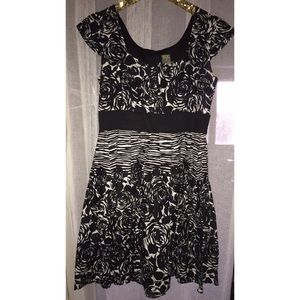 TAYLOR black and white graphic floral dress