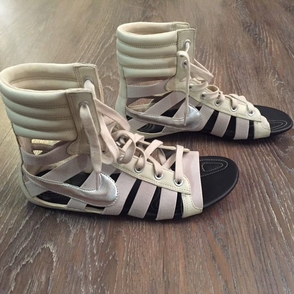 6c4616148af Nike Women s Gladiator sandal - size 9. M 56e0f9684e95a3aada004250