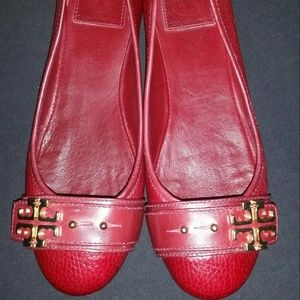 Tory burch red textured leather gold emblem flats