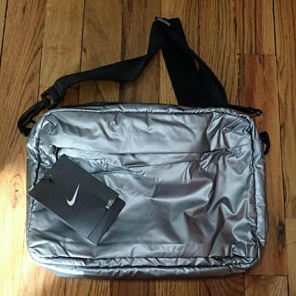 61d59ca564 Nike Silver Colored Side Purse Bag - NWT. M 56e598bd4e8d172d88004e74
