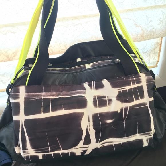 bfb4d002b5 Nike Grey Neon Green Duffle Gym Bag. M 56e6f154fbf6f9441900540c