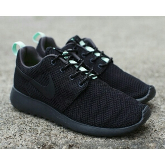 check out c2e0d db3cb NWOT Women's Roshe Run