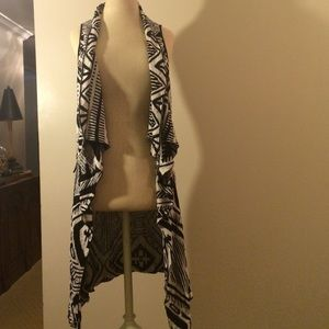 Forever 21 Tops - Geo print Longblack and white knit vest