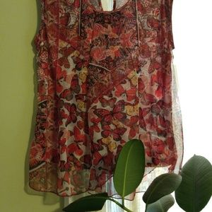 Tops - Pretty butterfly top with a key hole back