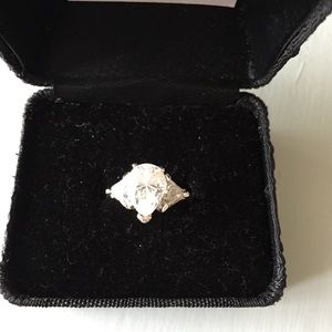 Jewelry - Like new! Beautiful cubic ring set in white 18KGP