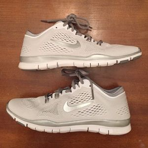 WOMENS NIKE FREE Tr Fit 4 Running Shoes Size 9 White Silver Gray 629496 102