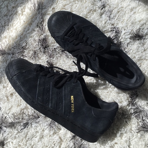 tout neuf e7af5 ed607 All black suede New York // City Adidas Superstars