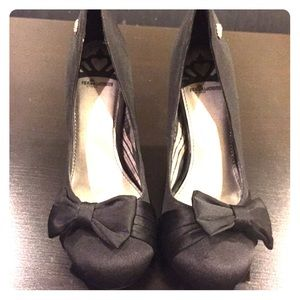 Adorable black pumps with bows 