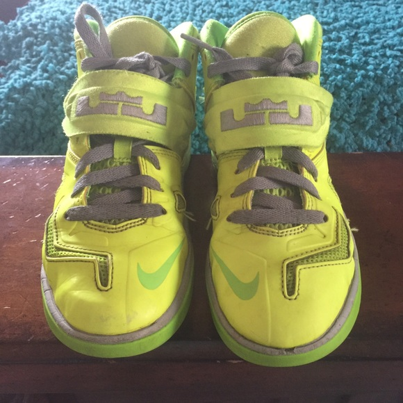 Youth LeBron James Zoom Soldier tennis shoes
