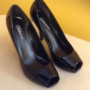 Black heels by Delicious has few scratches sz10