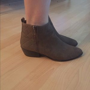 MADDEN GIRL ANKLE BOOTS (TAUPE)