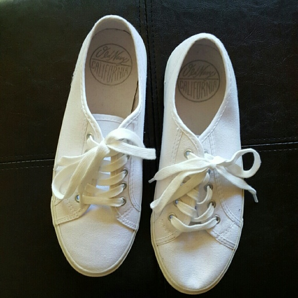 837273cf36c White Tennis Shoes from Old Navy. M 56f73a73fbf6f9170f0126e1