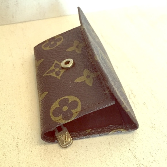 641d02fb2e4a Louis Vuitton Accessories - LOUIS VUITTON vintage key ring holder!
