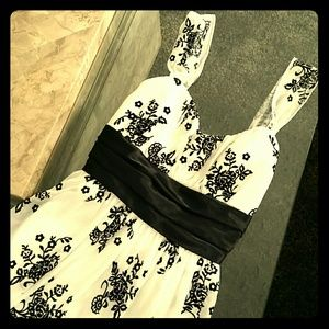 Trixxi Dresses & Skirts - Trixxi black and white damask print dress