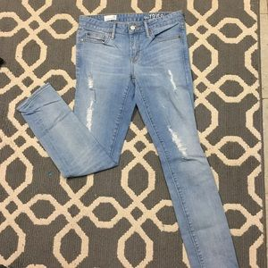 Ankle jeans with ripped detail on the front