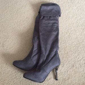 Shoes - NEW Gray knee-high slouchy heeled boots size 7.5