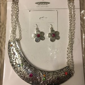 Jewelry - Silver toned necklace earring set