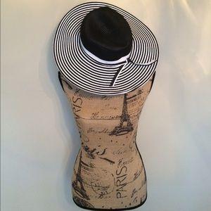 Accessories - NWOT Black & White Hat 😎