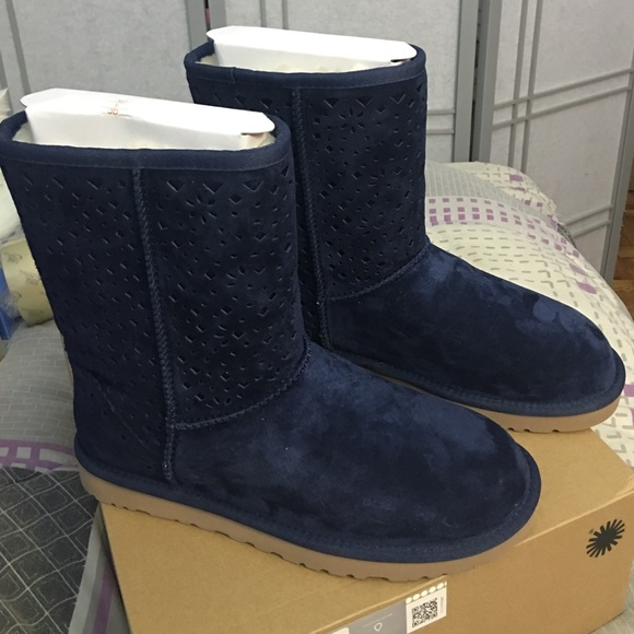 b5b66e7f425 New Size 9 UGGs NAVY Classic Short Floral Perf NWT